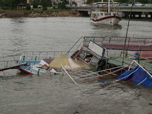 Beyşehir Gölü'nde tur teknesi devrildi