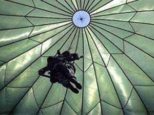 Paraşütle atladığı uçak iniş sırasında ezdi