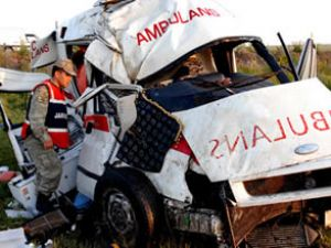 112 Acil ambulansı kaza yaptı: 2 ölü
