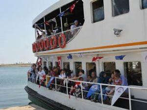 Trabzon'da gemi ile gezinti keyfi sürüyor