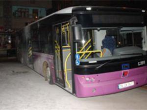 Erguvan rengi otobüse molotoflu saldırı