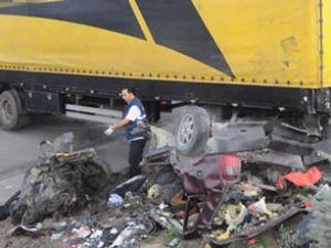 TIR ve otomobil çarpıştı: 5 ölü