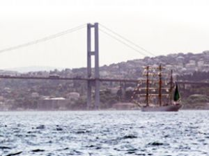 Dev yelkenli İstanbul Boğazı'ndan geçti