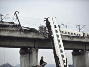 Çin, kazadan sonra trenlerini geri çekiyor