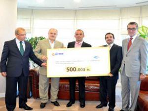 Galip Öztürk'ten 500 bin liralık bağış çeki