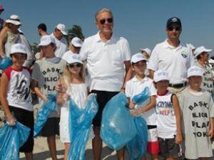Yüzlerce kişi Ilıca Plajı'nda çöp topladı