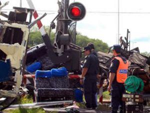 Arjantin'de iki tren ve bir otobüs çarpıştı