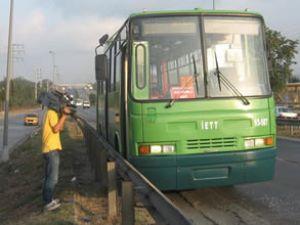 Otobüs faciasını yolcuların dikkati önledi