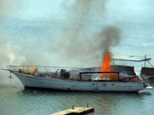 Pendik'te gezi teknesi alev alev yandı