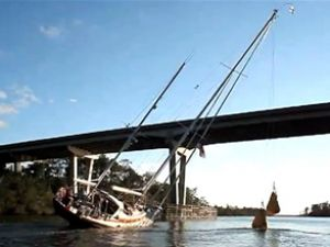 Yelkenli köprü altından böyle geçti!