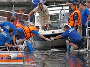 Yük gemisi ile yolcu teknesi çatıştı!