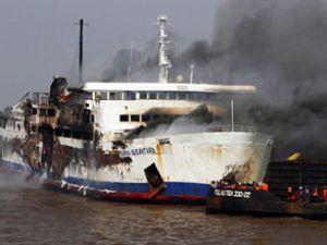 Römorkör ile çatışan yolcu gemisi yandı!