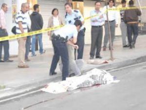 Tramavaydan inen kadına otomobil çarptı