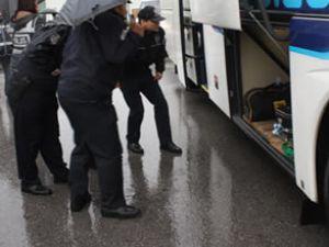 Otobüsten 2 kişi indi, yolcular panikledi