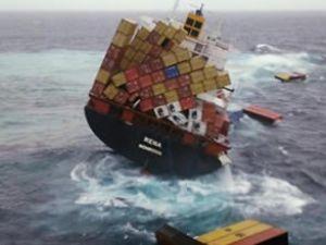 Karaya oturan gemi Rena tehlike saçıyor