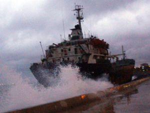 Fırtına yüzünden gemiler karaya oturdu