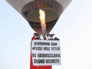 Terör olaylarına gökyüzünde protesto