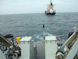 Sürüklenen gemiyi devriye botu kurtardı