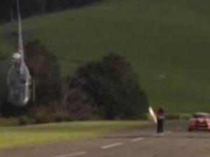 Otomobil ve helikopterin yarışı nefes kesti