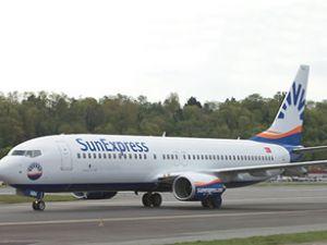 Ön camı çatlayan uçak acil iniş yaptı