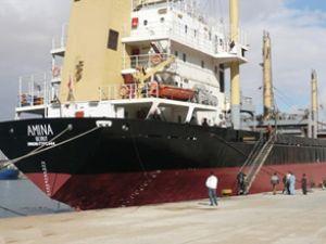 Amina adlı gemi Kızıldeniz'de batıyor