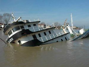 Kaçakçılık nedeniyle el konan gemi battı