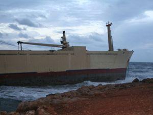 Kargo gemisi Kıbrıs'ta kayalara oturdu
