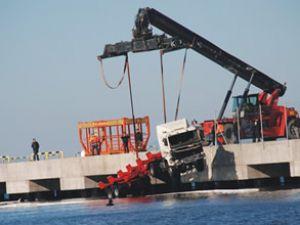 Şoför uyudu, TIR iskeleden denize uçtu