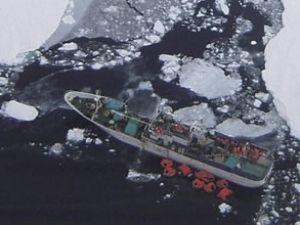 Balıkçı teknesi buzullarda mahsur kaldı