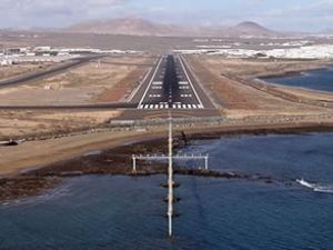 Karadeniz'in dalgaları havaalanına karşı
