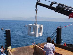 Mudanya'da suni resifler denize bırakıldı