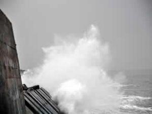 Karadeniz'de dalga boyu 4 metreyi buldu