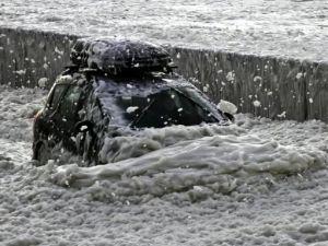 İngiltere'de denizden kıyıya köpük yağdı