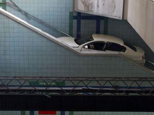 Başkentte otomobil metro istasyonuna uçtu