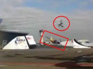 Uçağın üzerinden motosikletle geçti
