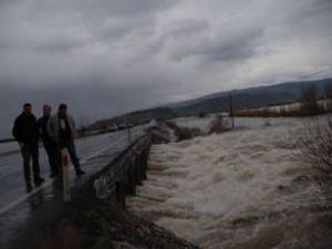 Sağnak yağış Büyük Menderes'i taşırdı