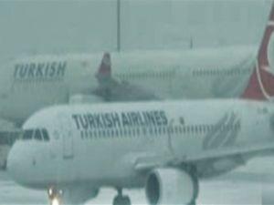 AHL'de uçak seferleri kar engeline takıldı