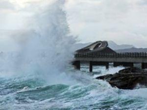 Fırtına balıkçı teknelerini tehdit ediyor