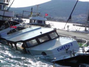 Dev dalgalar iki balıkçı teknesini yuttu
