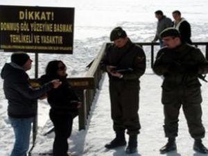 Buz tutan gölde yürüyenlere 170 lira ceza
