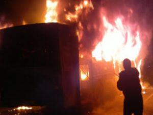 Okmeydanı'nda halk otobüsünü yaktılar