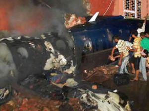 Uçak evlerin üzerine düştü: 2 kişi öldü