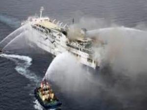 Kruvaziyer gemisi okyanusta sürükleniyor