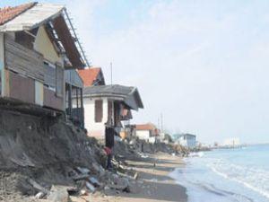 Dev dalgalar evleri yutmaya devam ediyor