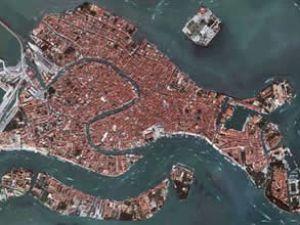 Venedik kenti hızla sulara gömülüyor
