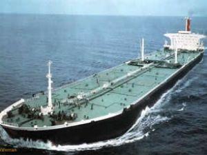 Petrol yüklü tanker limana giremiyor