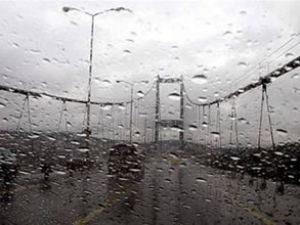 Fırtına İstanbul'da hayatı felç etti