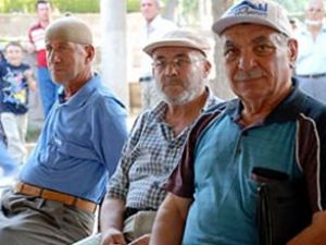 2 SSK görevlisi 1 emekliye bakıyor