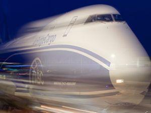 Uçağın kanadı aydınlatma direğine çarptı