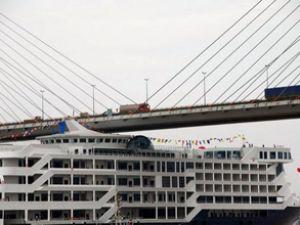 Gemi köprüyü sıyırdı, bacalar hasar gördü